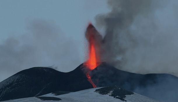 ВИталии продолжается извержение Этны, аэропорт Катании работу непрекращает