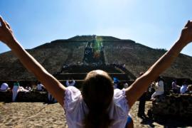 Мексиканцы наполняются энергией в Теотиуакане