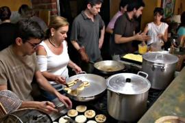 Волонтёры в Венесуэле кормят голодающих