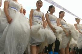 250 девушек поучаствовали в забеге невест в Таиланде