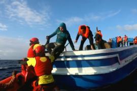 С деревянной лодки спасли более 400 мигрантов