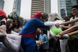 Гонконгцы вышли на массовую битву подушками