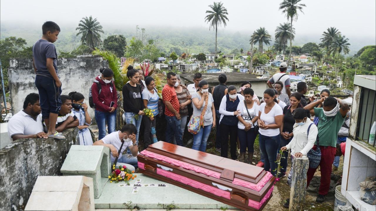 В Колумбии хоронят жертв страшного оползня