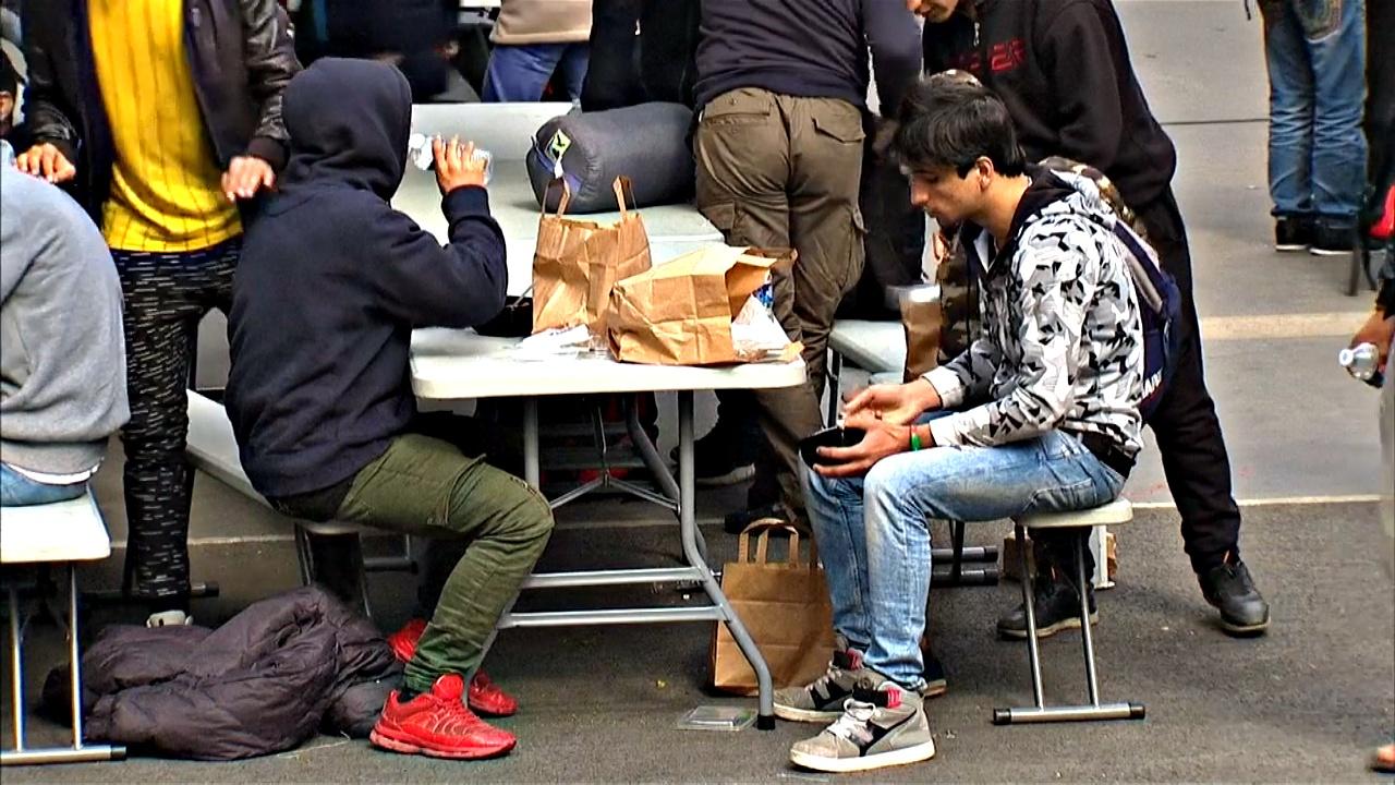 В Париже беженцев накормили бесплатно