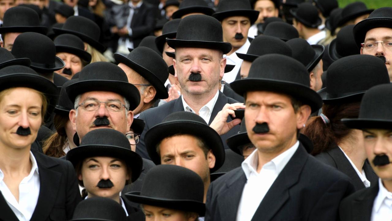 660 человек надели костюм Бродяги Чарли Чаплина
