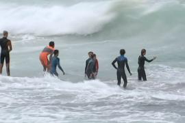 Иностранных студентов в Австралии учат плавать в океане