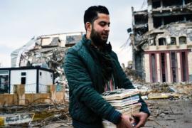Профессора помогают расчищать университет Мосула от завалов