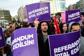 Сотни турок требуют аннулировать результаты референдума