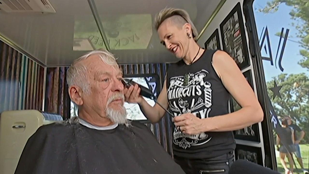 В мобильной парикмахерской в Брисбене бесплатно стригут бездомных