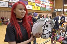 Финские девочки состязались в национальных скачках на игрушечных лошадках