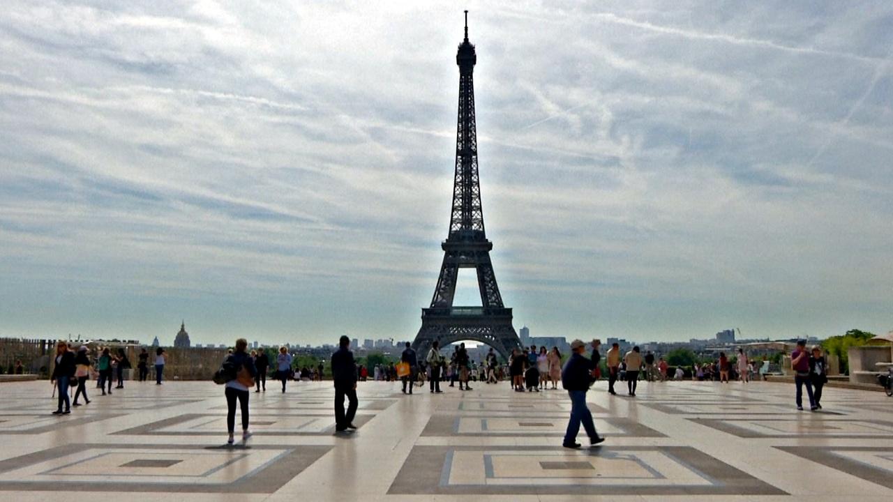 Парижане наслаждаются летом