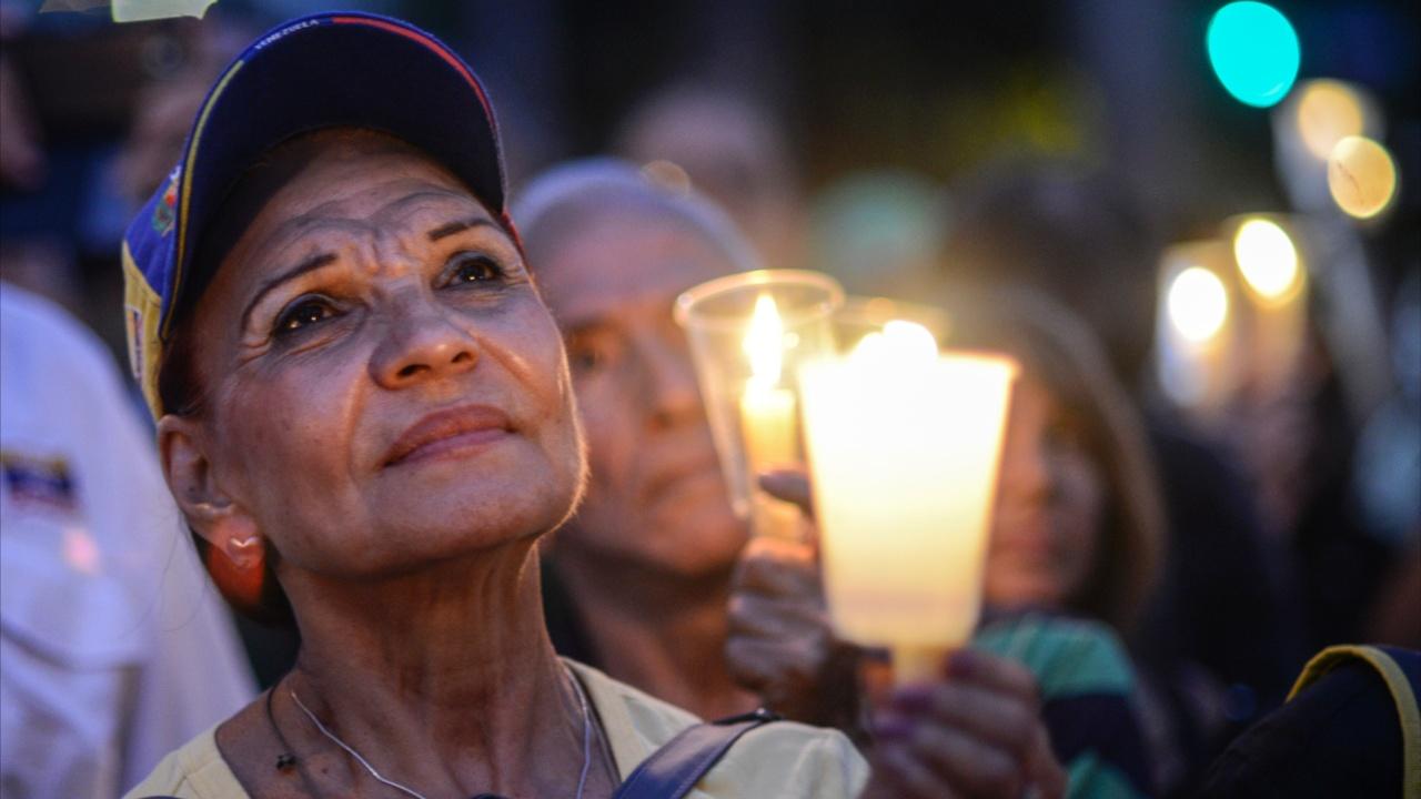 Венесуэльцы провели вечер со свечами против Мадуро
