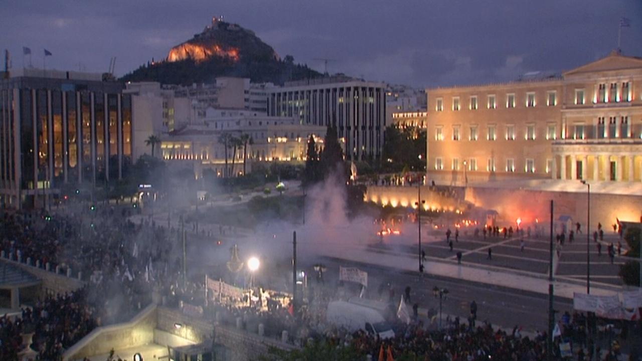 Греческий парламент урезал пенсии на фоне стычек