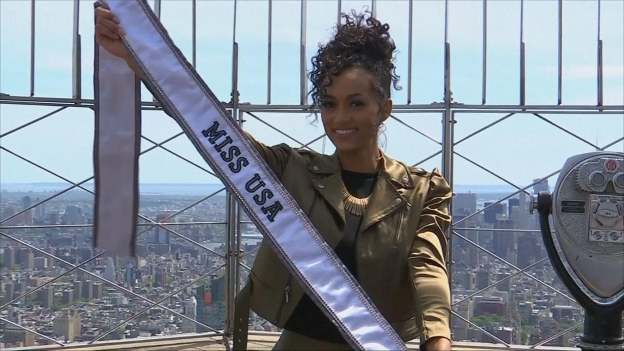Мисс США Кара Маккалоу поднялась на Эмпайр-стейт-билдинг