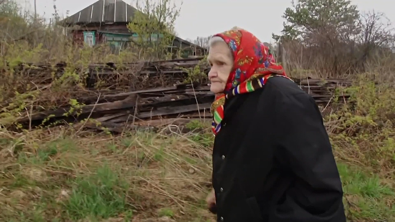 85-летняя бабушка живёт в деревне одна