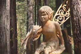 Деревянные скульптуры в фантастическом лесу