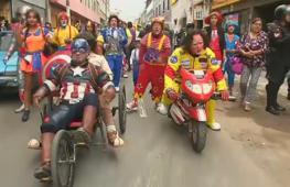 На улицы Лимы вышли сотни клоунов