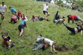 Как тысячи человек скатывались с горы за сырной головой