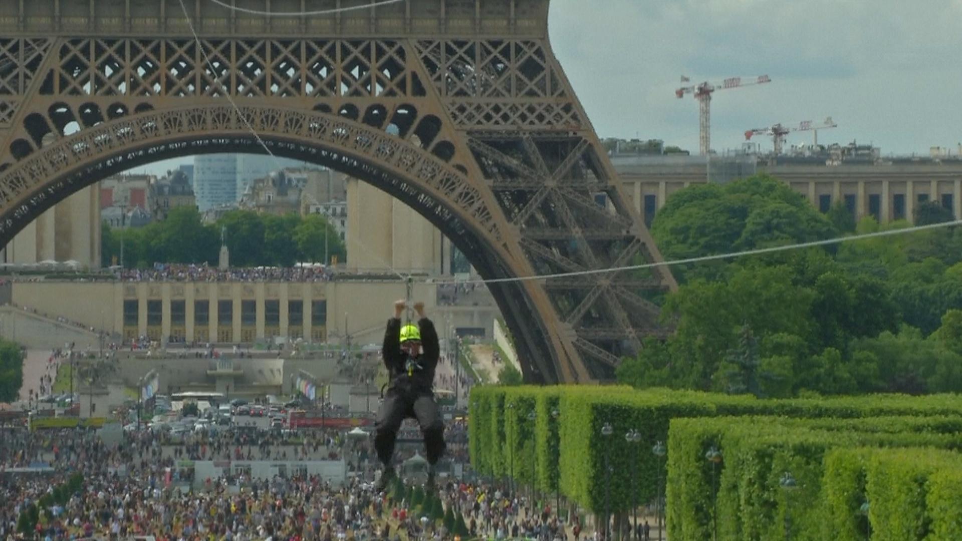 С Эйфелевой башни можно спуститься по тросу