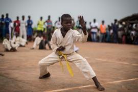 Южноафриканских детей учат каратэ и самодисциплине