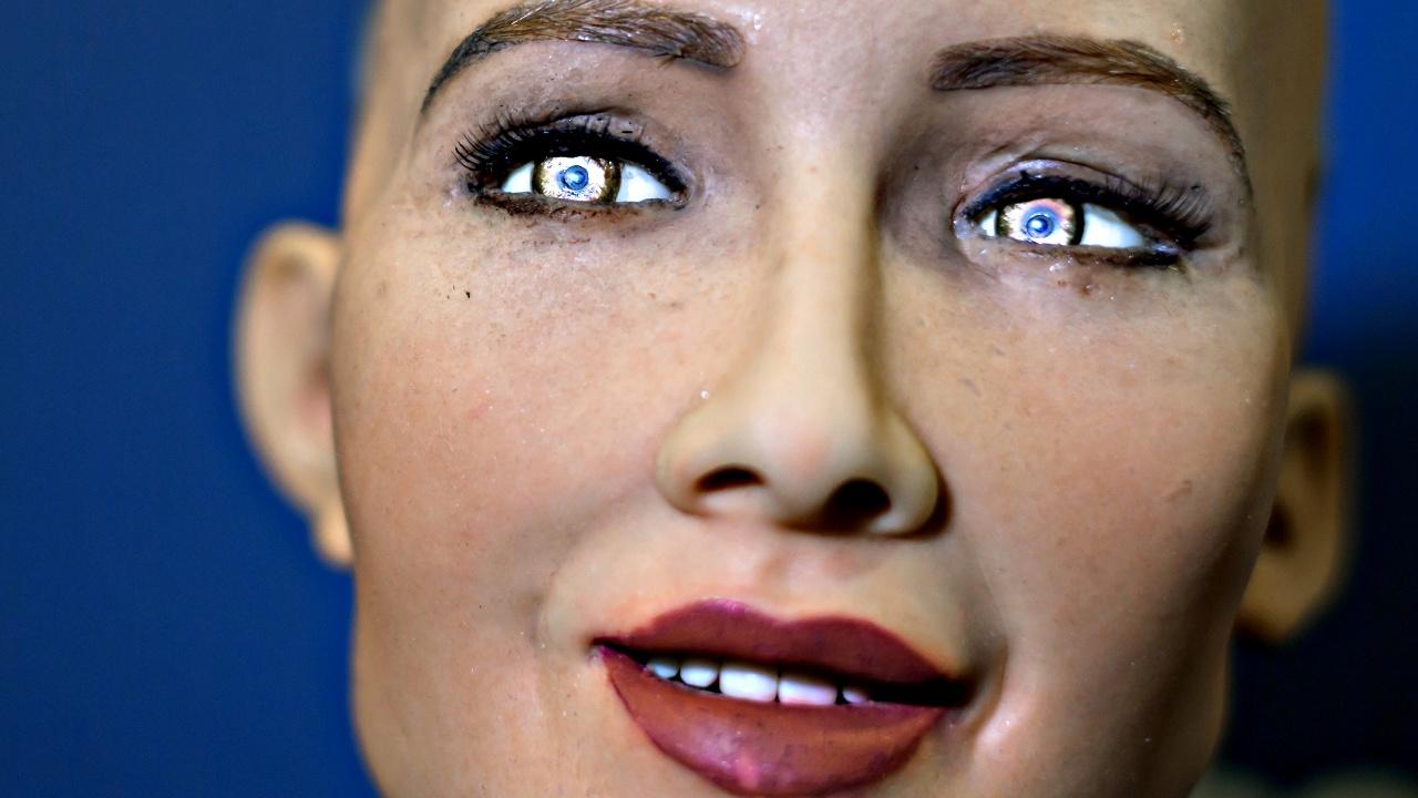Человекоподобный робот София говорит, что «недостаточно умна»