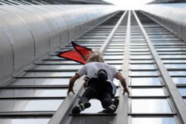 Французский человек-паук покорил небоскрёб в Барселоне