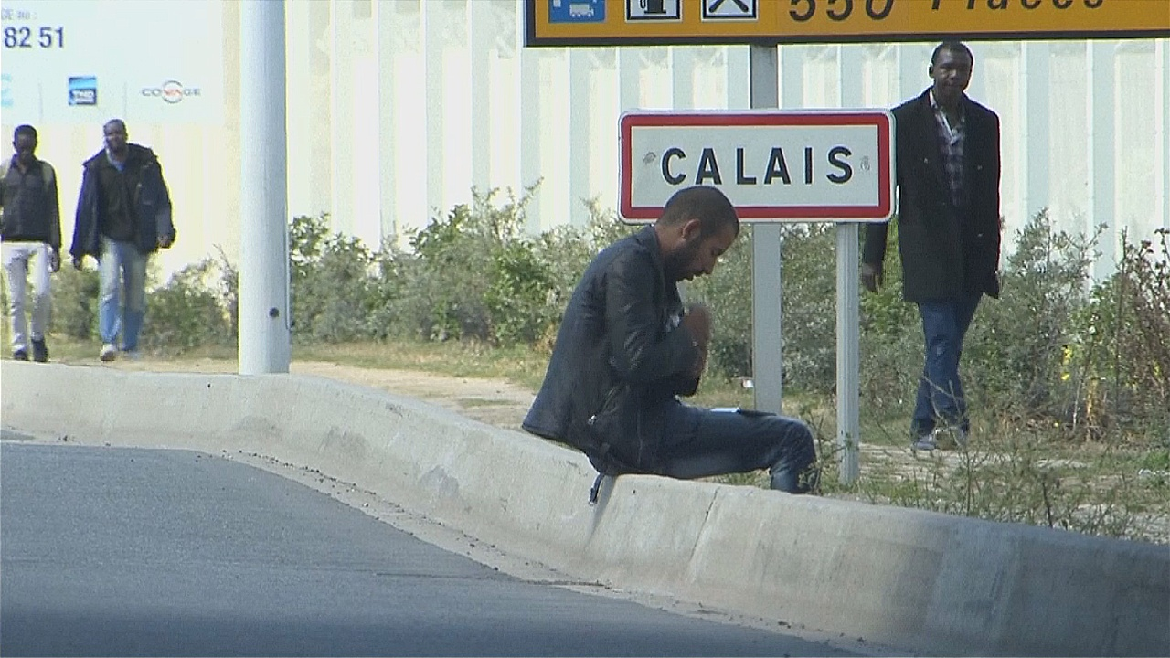 Беженцы возвращаются в Кале и скитаются по улицам