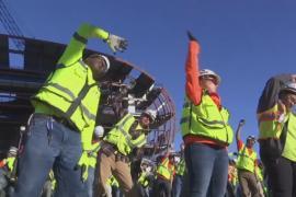 Американские строители перед работой делают зарядку