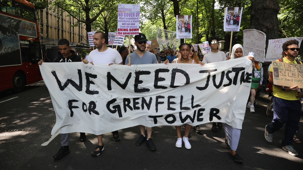 Жители сгоревшей Grenfell Tower в Лондоне требуют правосудия
