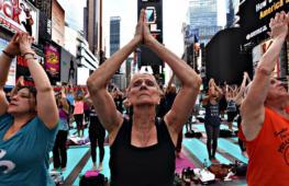 Более 12 000 человек позанимались йогой на Таймс-сквер