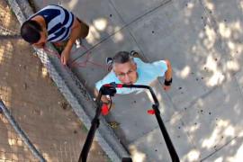 Человек-рекорд пронёс на подбородке газонокосилку на 71 метр