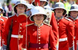 Впервые караулом у Букингемского дворца командовала женщина