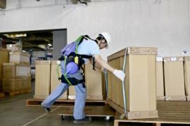 Экзоскелеты облегчают работу грузчикам в Японии
