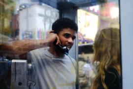 Истории мигрантов в телефонных автоматах – новая инсталляция в Нью-Йорке