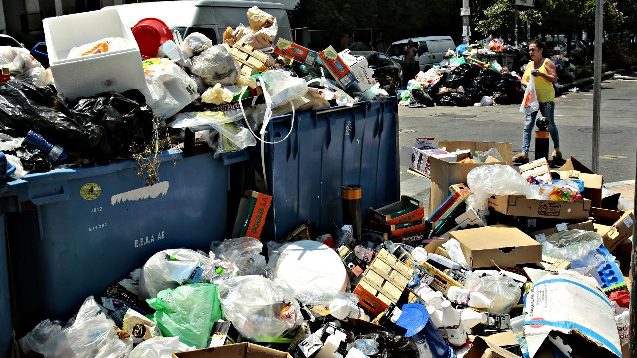 Греция тонет в мусоре из-за забастовки