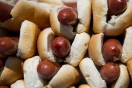 Как мигранты связаны с историей хот-дога в США?