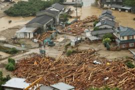 Беспрецедентно сильные дожди обрушились на юг Японии