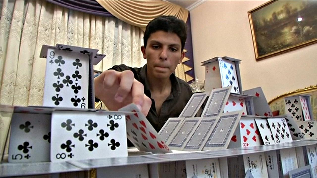 Хрупкое искусство: студент возводит дворцы из игральных карт