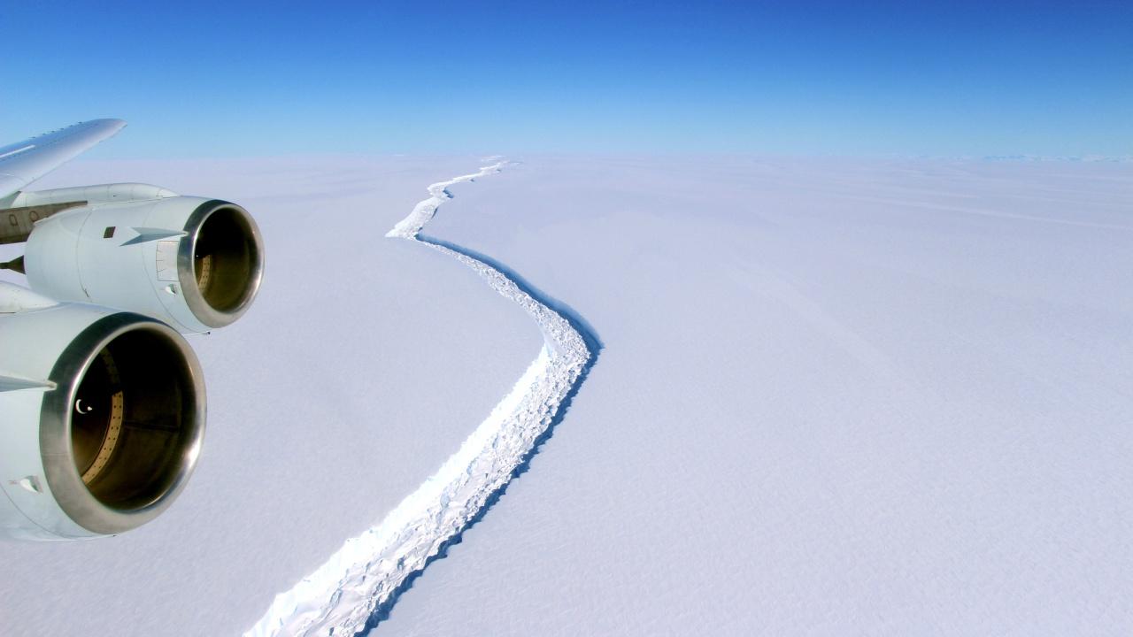 Айсберг размером с две Москвы откололся от ледника в Антарктиде