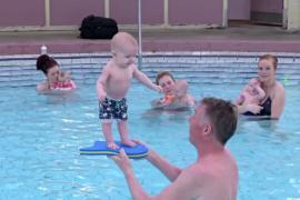 В Исландии 4-месячных младенцев учат стоять без поддержки