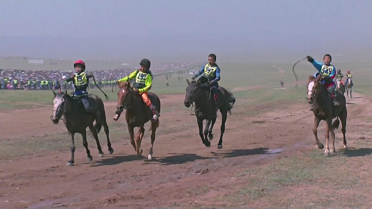 Монголы состязались в борьбе и стрельбе из лука на празднике «Надом»