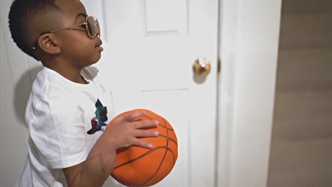 Мальчик с пересаженными кистями рук пишет и играет в мяч