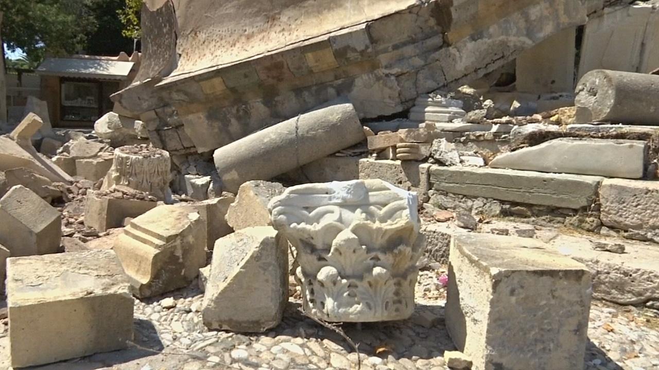 Власти Коса собирают обломки разрушенных достопримечательностей