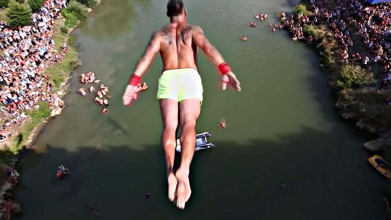 В Косово ныряльщики прыгали с моста 22 метра высотой