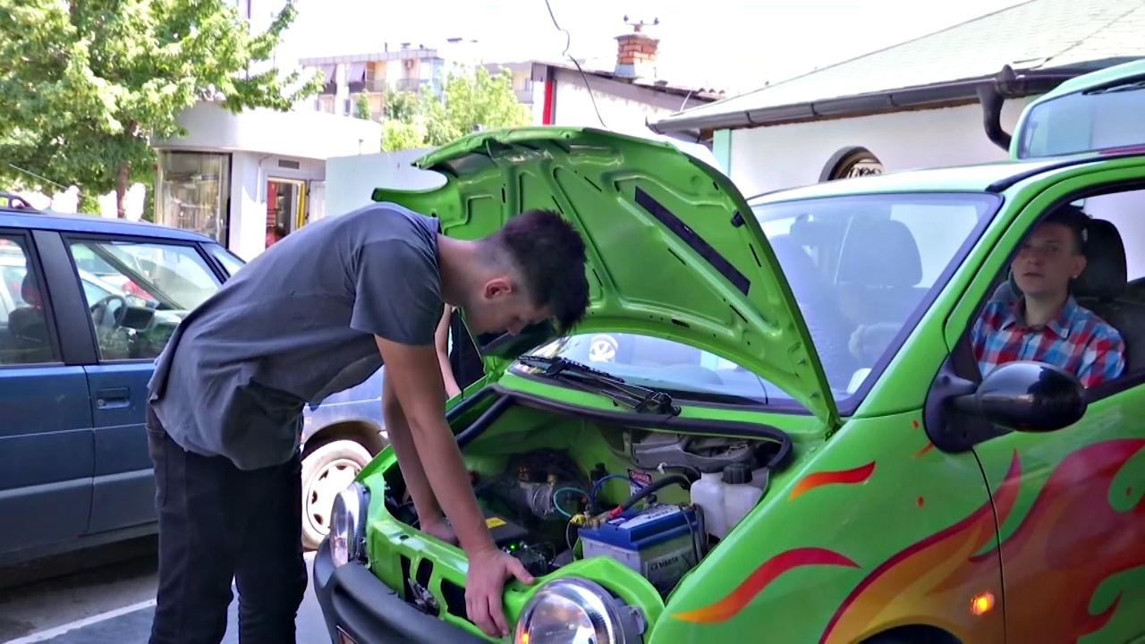 Подростки в Косово сделали из бензинового автомобиля электрокар