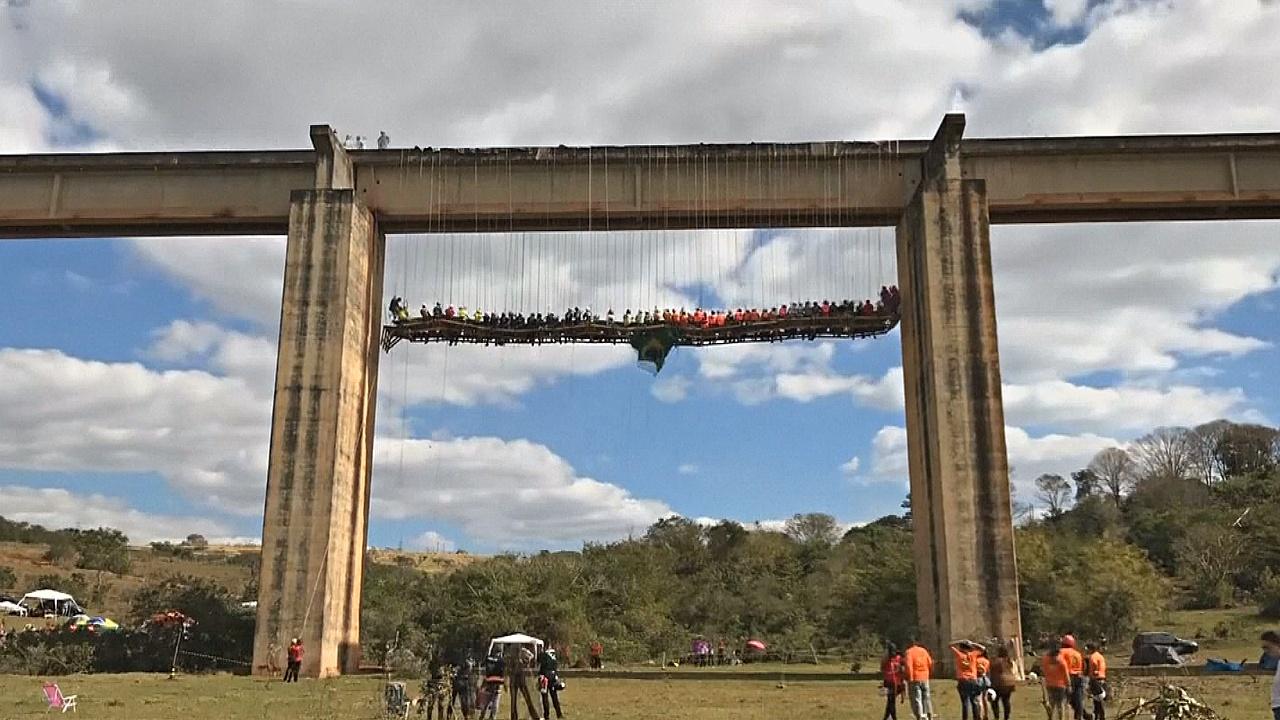 Бразильцы ели мясо на гриле на 20-метровой высоте