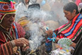 Аймара приносят в Андах подношения Матери Земле