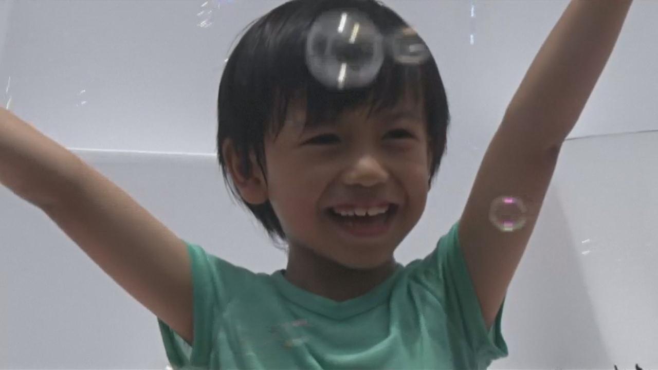 Миллионы мыльных пузырей поплыли над Гонконгом