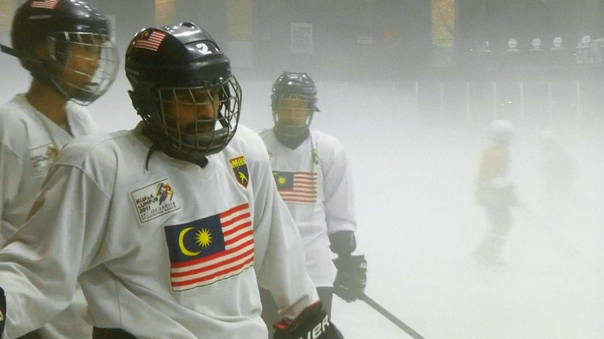 В жаркой Малайзии учатся играть в хоккей