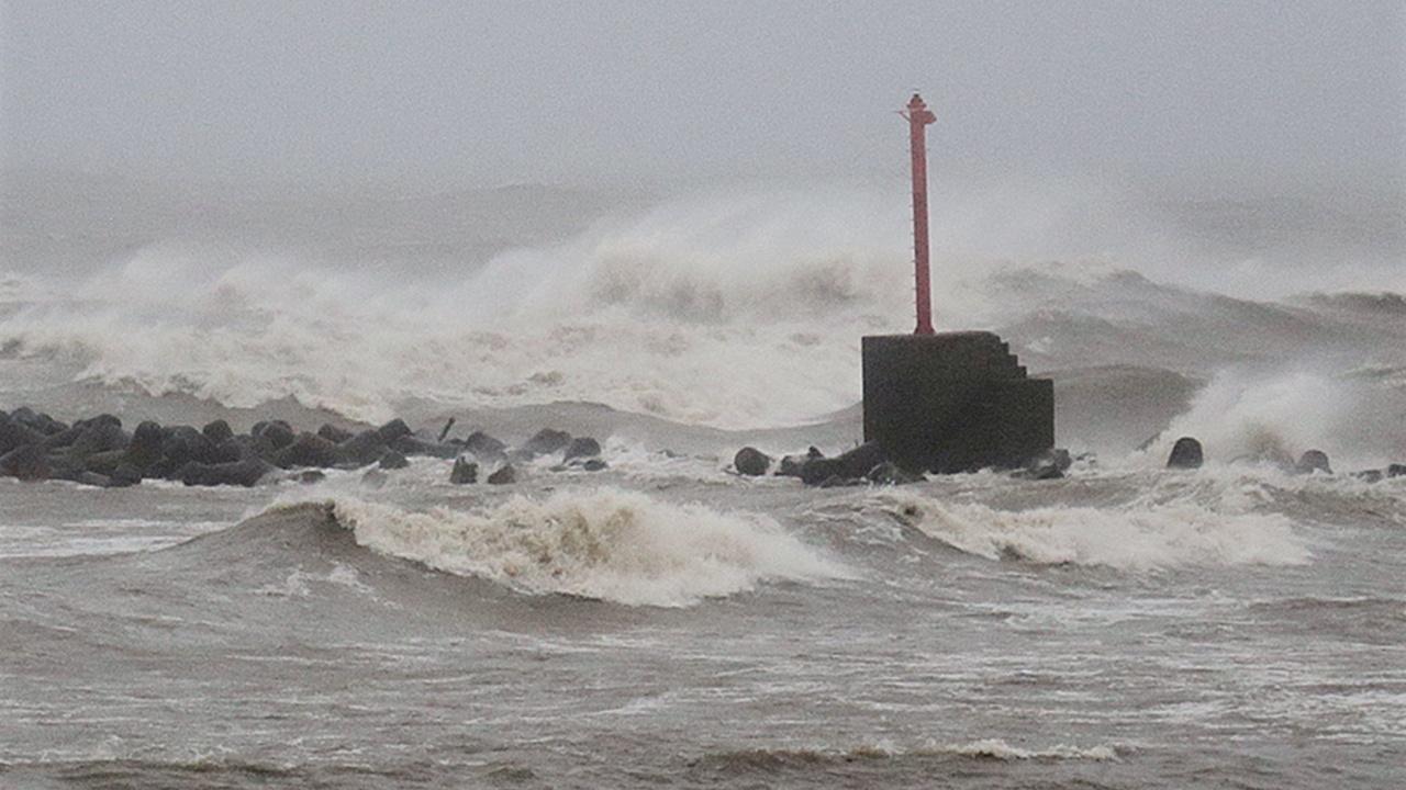 Обрушившийся на Японию тайфун «Нору» теряет силу
